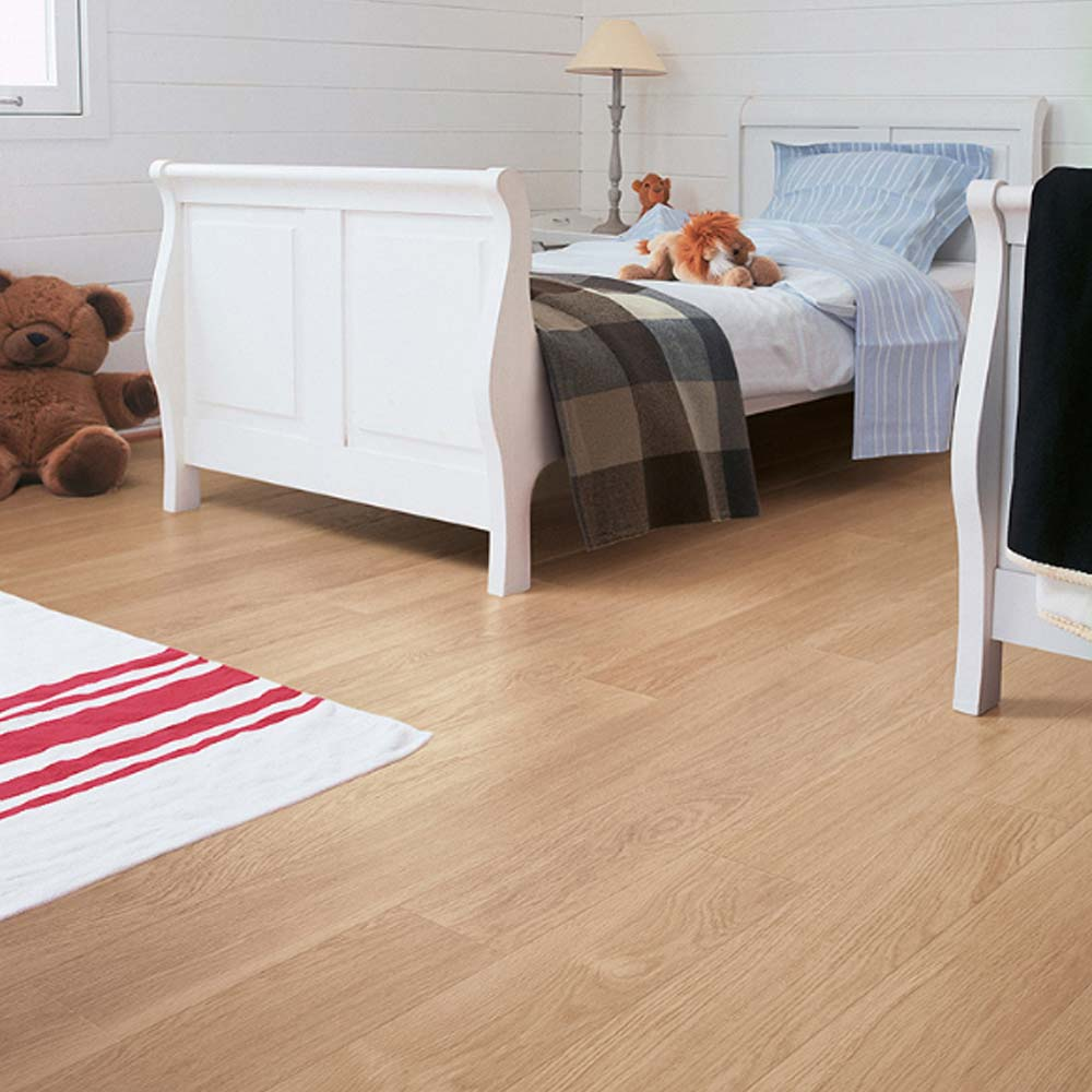 Quick step perspective white varnished oak planks 4 groove u for Quick step laminate flooring reviews uk